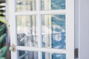 puertas blancas de madera de vidrio foto