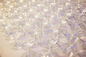 una fila de copas de champán foto