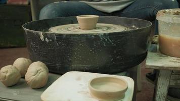 artesão removendo um pote de barro de uma roda de oleiro video