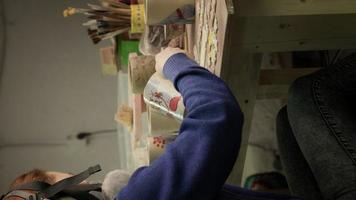 ceramista femenina pinta un producto de arcilla video vertical