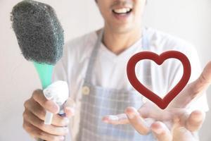 Inspector masculino asiático limpiando el baño del personal foto