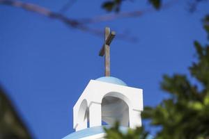 cruz de la iglesia con cielo azul foto
