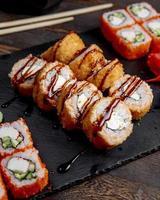 rollos de sushi calientes foto