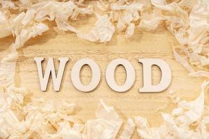 Palabra de madera o mesa de madera ans virutas de madera artesanía en madera y concepto de trabajo manual laicos plana foto