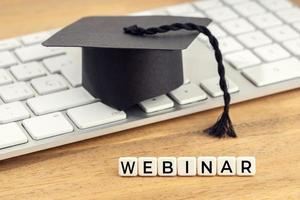 gorra de graduación de concepto de seminario web en el teclado de la computadora foto