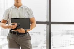 hombre mostrando y presentando en tableta digital foto