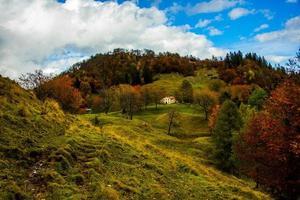 casa de campo en otoño foto