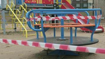 Während der Coronavirus-Quarantäne ist der Spielplatz für Kinder geschlossen video