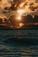 puesta de sol sobre el océano foto