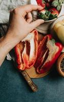 mesa de cocina con un pimiento cortado por la mitad foto