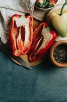 maqueta de una mesa de cocina con un pimiento cortado por la mitad foto