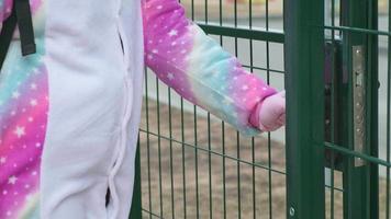 uma mão em uma luva de proteção abre duas portas na rua video