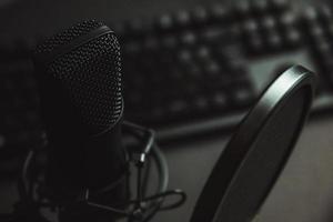 micrófono de transmisión y una computadora portátil foto