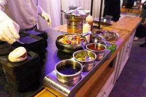 mesa servida con varios platos y aperitivos foto