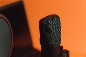 Micrófono de transmisión sobre un fondo naranja foto