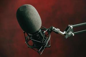 Micrófono de transmisión sobre un fondo rojo. foto