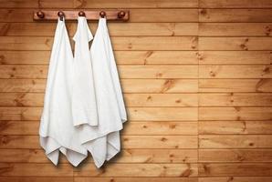 toallas limpias en la pared foto