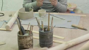 master class para crianças em oficina de modelagem de cerâmica video