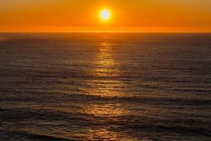 colorido atardecer sobre el océano foto
