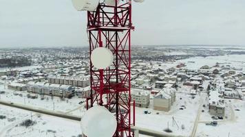 Vue aérienne d'une tour de télécommunications avec antennes et cymbales video