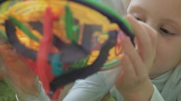 liten flicka leker med tredimensionellt leksakspussel video