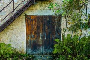 puerta con escaleras de metal foto
