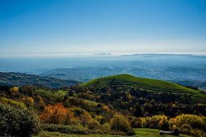 llanura y colinas en un día de otoño foto