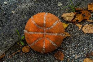 baloncesto desgastado uno foto