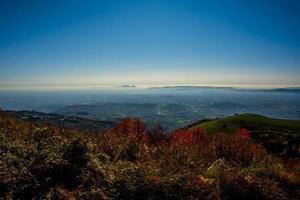 niebla y colores de las colinas foto