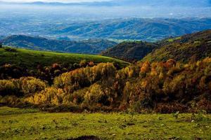 llanura y colinas en un día de otoño uno foto