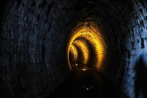 túnel iluminado cero foto