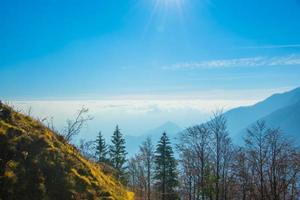 bosque montañas y nubes foto