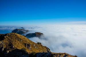 nubes y montañas uno foto
