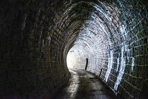 túnel iluminado uno foto