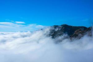 nubes y montañas foto