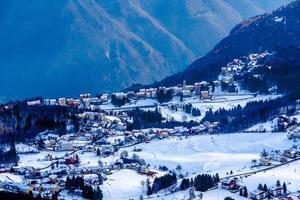 pueblo con nieve uno foto