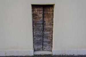 puerta de madera muy estrecha foto