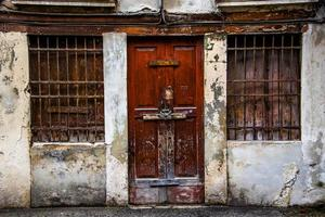Puerta de madera antigua con dos ventanas. foto