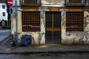 casa cerrada con bicicleta azul foto