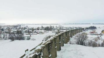 Luftaufnahme eines alten Eisenbahnaquädukts mit Schnee video