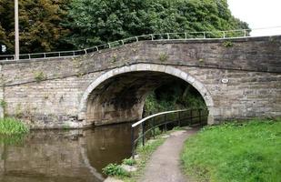 puente de piedra sobre el canal foto