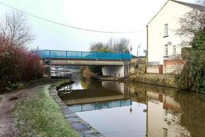 puente de metal azul foto
