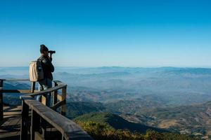 Fotógrafo profesional toma fotografías de paisajes con la cámara. foto