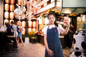 hermosa chica asiática toma una foto selfie