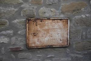 muro de piedra con letrero foto