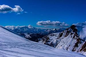 paisaje de montaña nevado con nubes foto