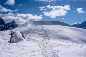 nieve en las montañas durante el día. foto