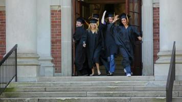 heureux diplômés fuyant l'école video