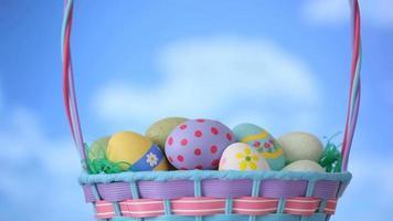 nuvens se movem pela cesta de ovos de páscoa video