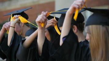 Absolventen bewegen Quasten und feiern video